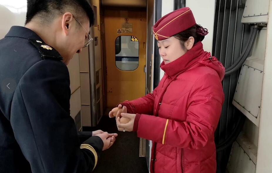 """""""90后""""列车长小夫妻的春节.jpg"""